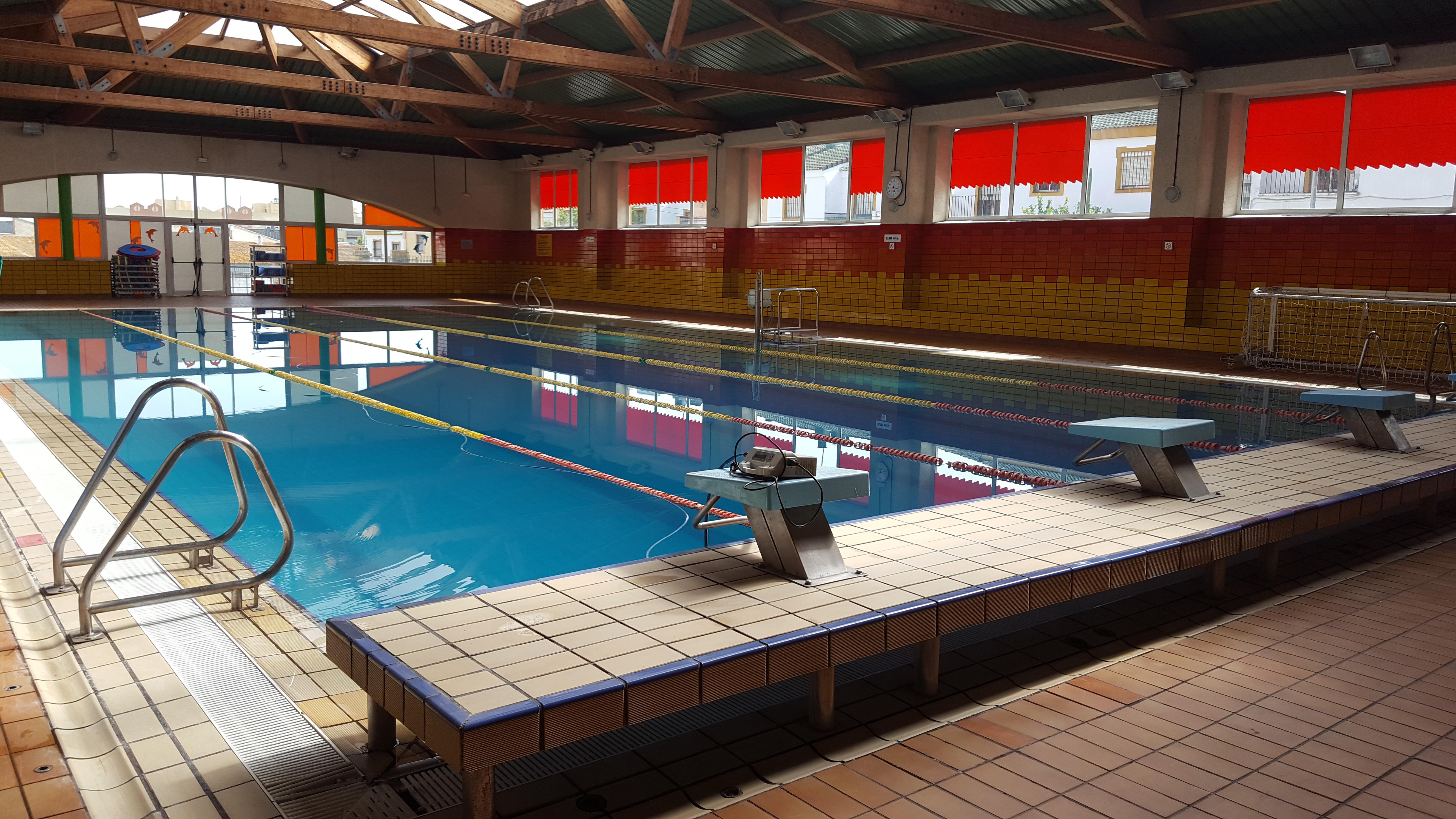 Tratamiento antideslizante en la piscina cubierta for Piscina dos hermanas